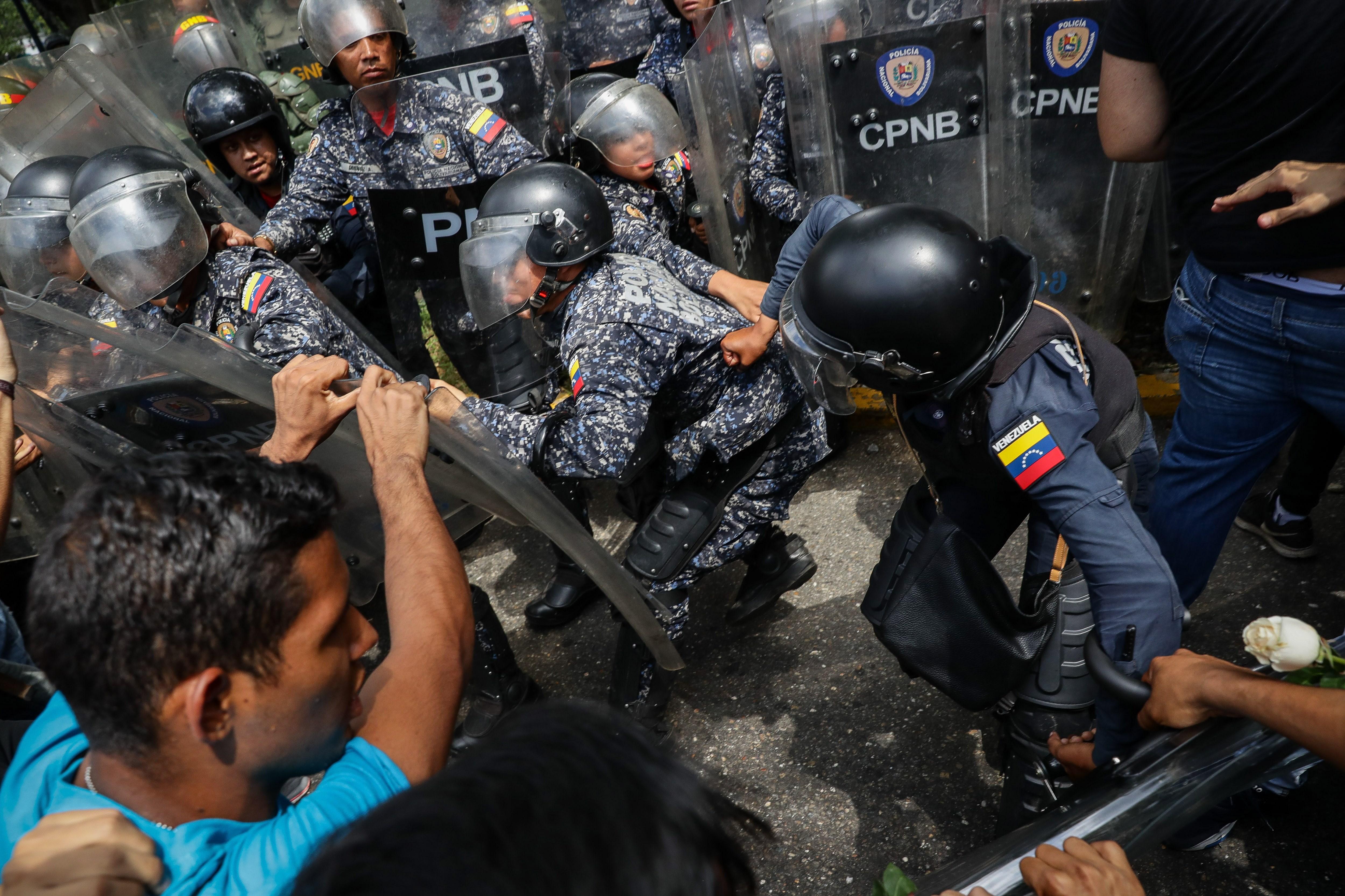 Los universitarios ofrecieron rosas y lo que recibieron fue gas pimienta - Diario La Región